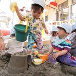 園庭で砂遊び!